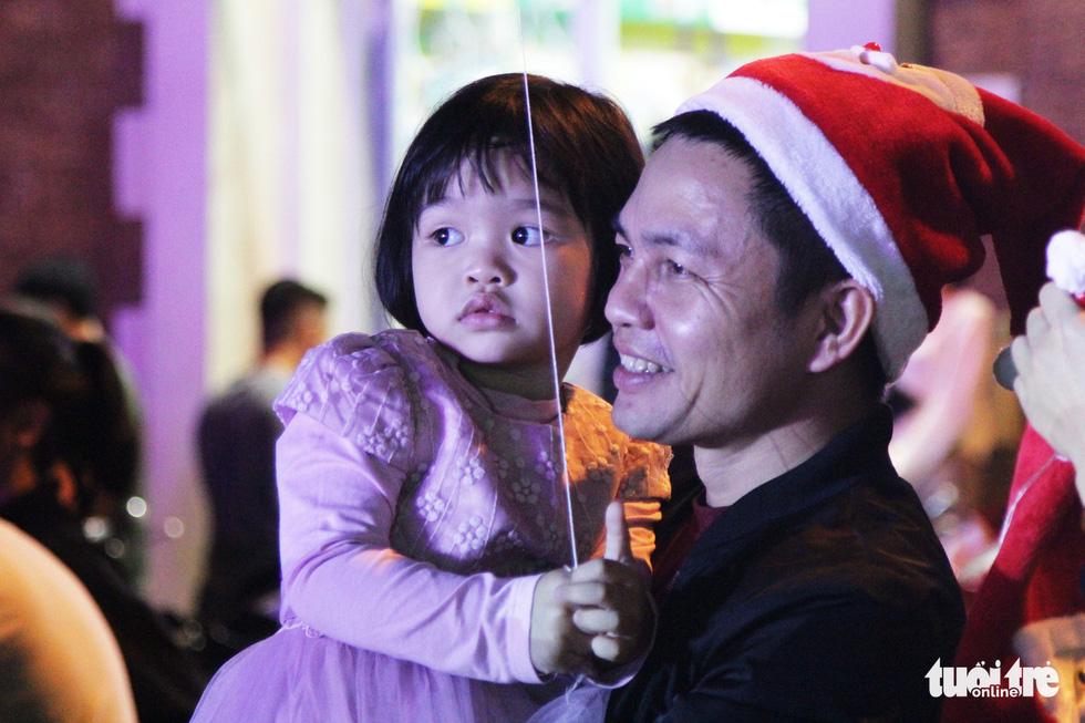 Rực rỡ ánh sáng khắp mọi miền mừng Giáng sinh - Ảnh 31.