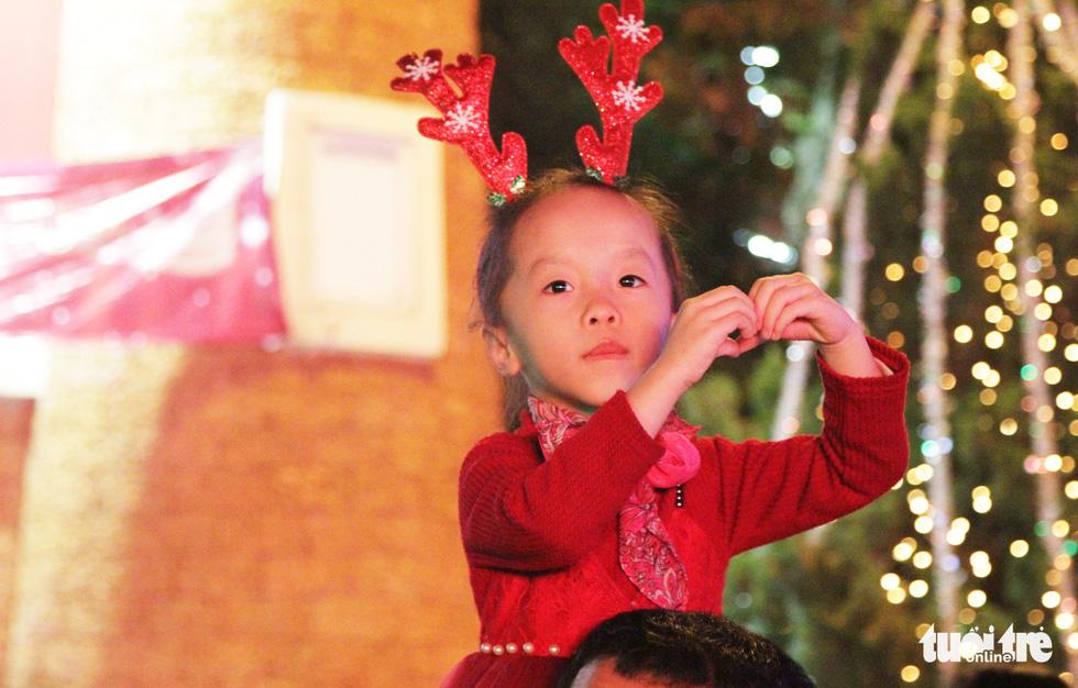 Rực rỡ ánh sáng khắp mọi miền mừng Giáng sinh - Ảnh 32.