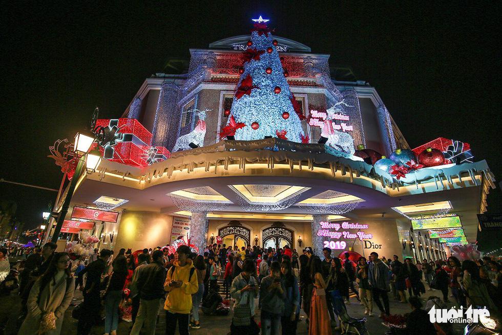 Rực rỡ ánh sáng khắp mọi miền mừng Giáng sinh - Ảnh 3.