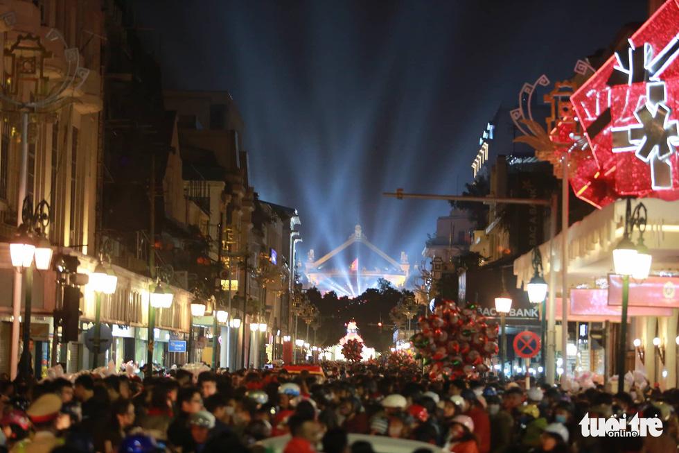 Rực rỡ ánh sáng khắp mọi miền mừng Giáng sinh - Ảnh 10.