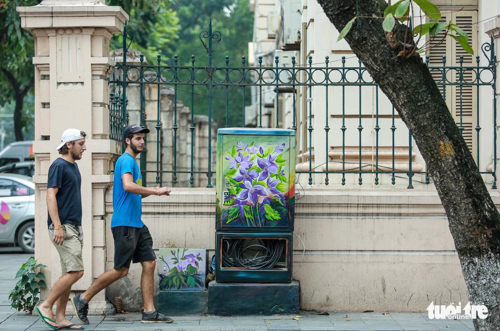 Tủ điện Hà Nội được khoác áo mới đón Tết - Ảnh 17.