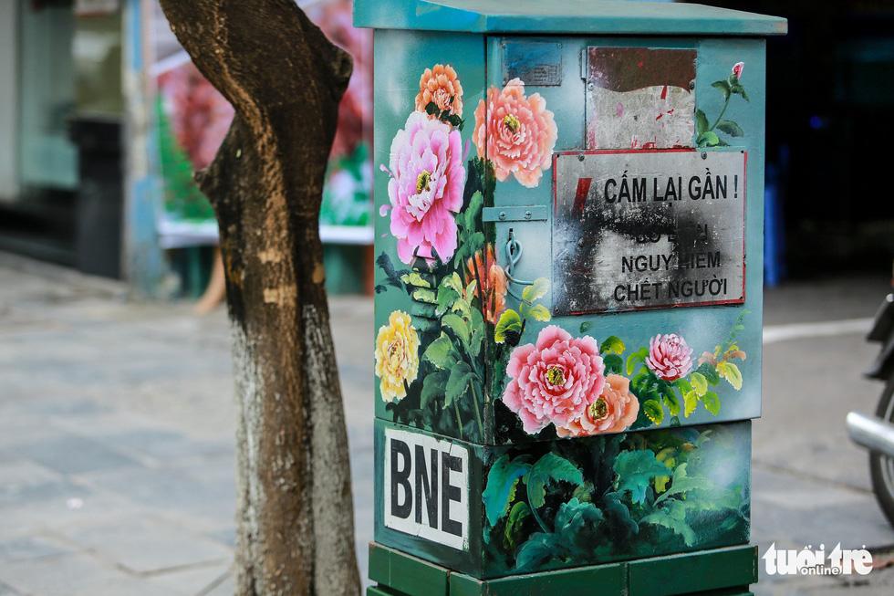 Tủ điện Hà Nội được khoác áo mới đón Tết - Ảnh 22.