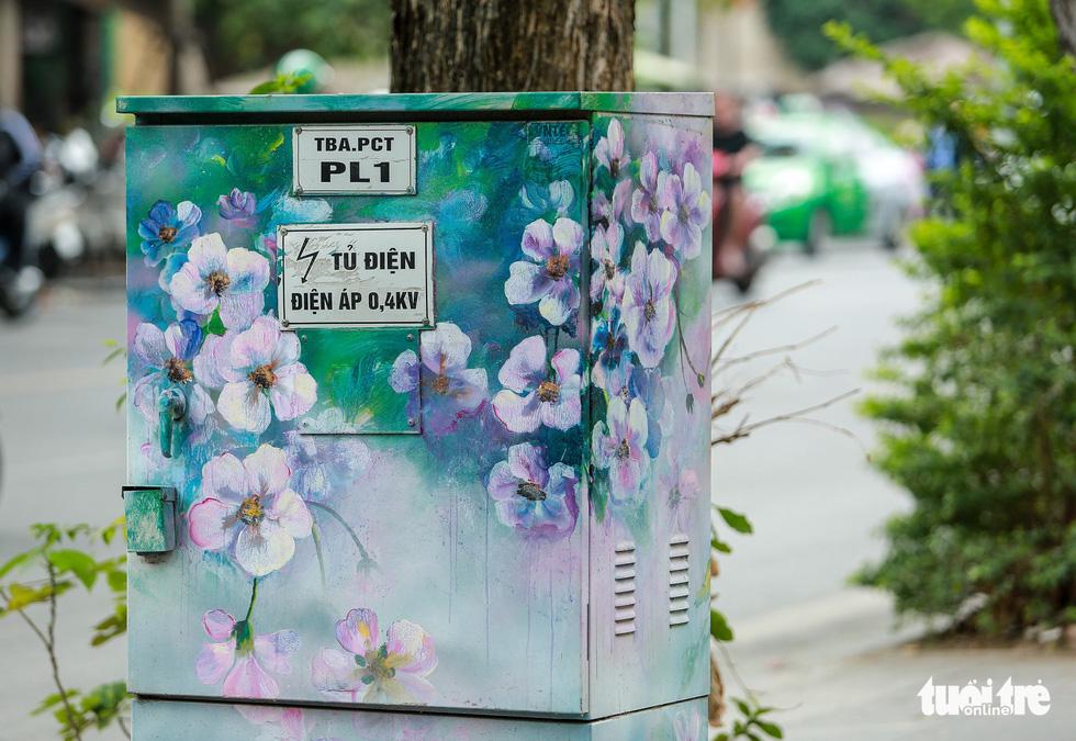 Tủ điện Hà Nội được khoác áo mới đón Tết - Ảnh 8.