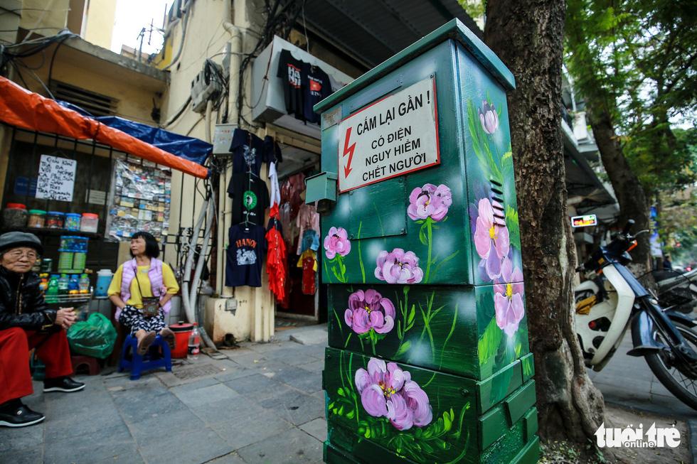 Tủ điện Hà Nội được khoác áo mới đón Tết - Ảnh 7.