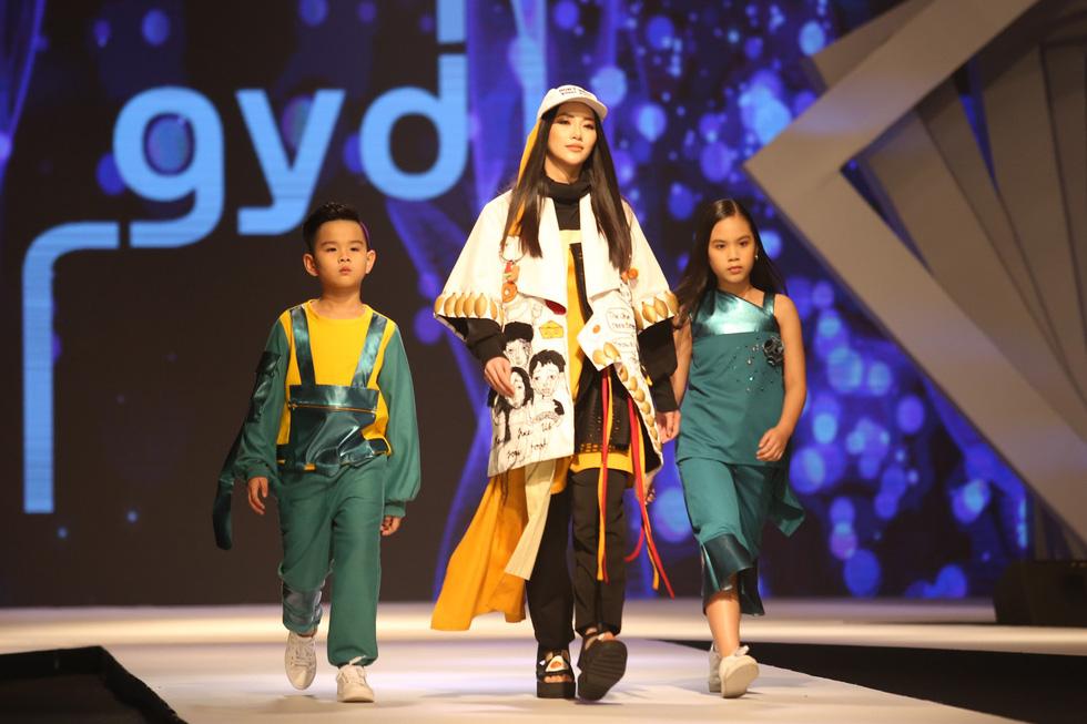 Hoa hậu Phương Khánh, Tiểu Vy diễn thời trang cùng 130 mẫu nhí châu Á - Ảnh 1.