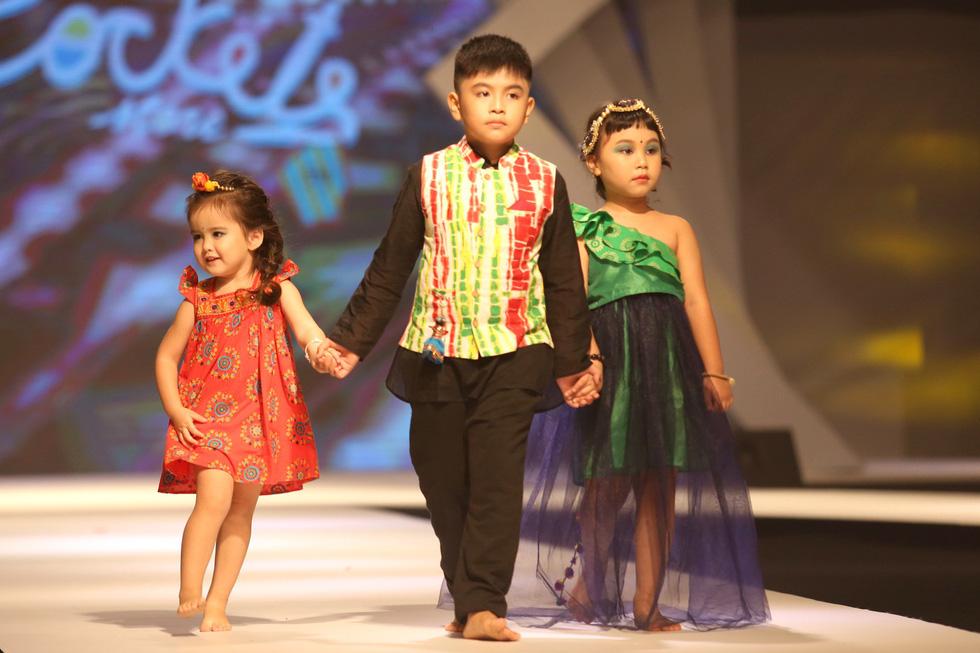Chọn váy xinh diện Tết cho bé từ Tuần lễ thời trang trẻ em châu Á - Ảnh 1.