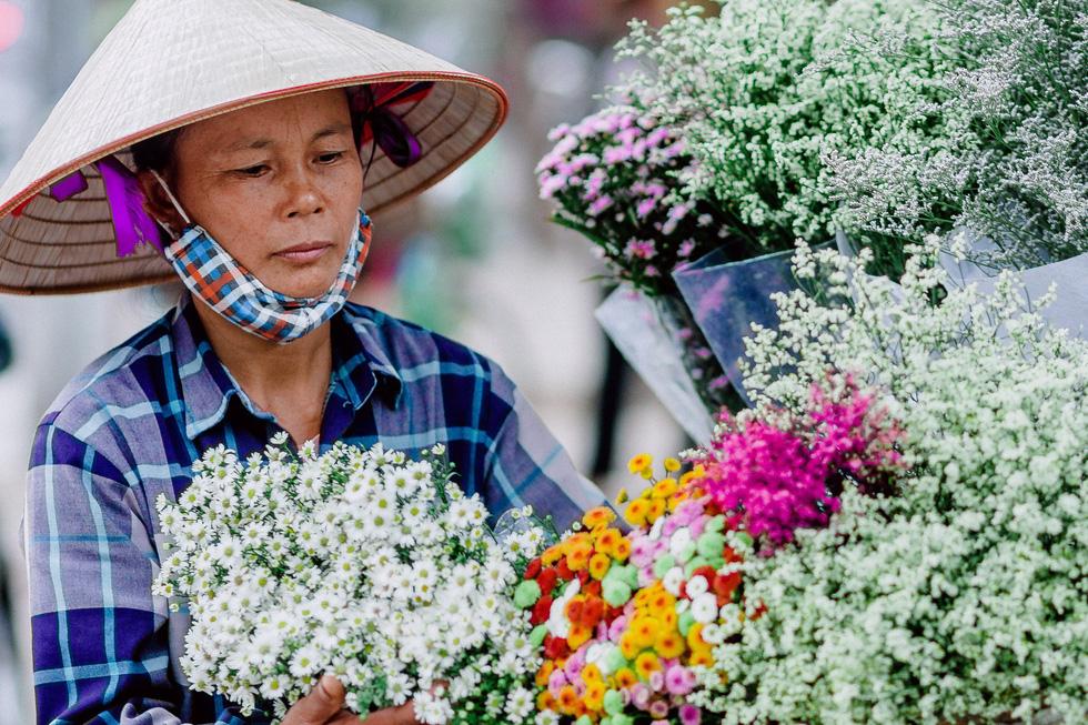 Phút chùng lòng cuối năm, rưng rưng nhớ những mùa hoa Hà Nội - Ảnh 13.