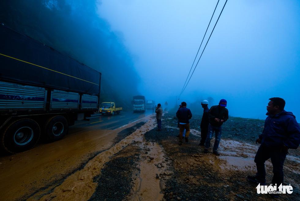Đá lăn đất lở trên đường Nha Trang - Đà Lạt, dân vẫn bất chấp đi - Ảnh 6.