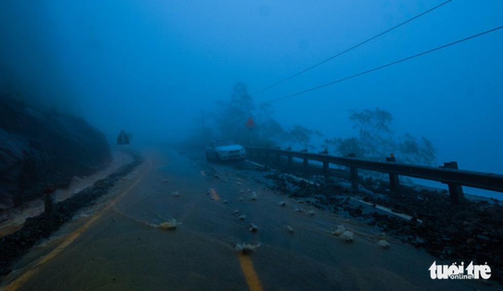 Đá lăn đất lở trên đường Nha Trang - Đà Lạt, dân vẫn bất chấp đi - Ảnh 7.