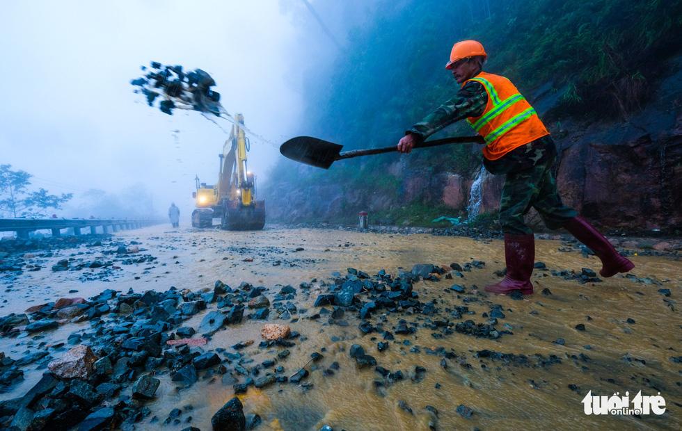 Đá lăn đất lở trên đường Nha Trang - Đà Lạt, dân vẫn bất chấp đi - Ảnh 9.