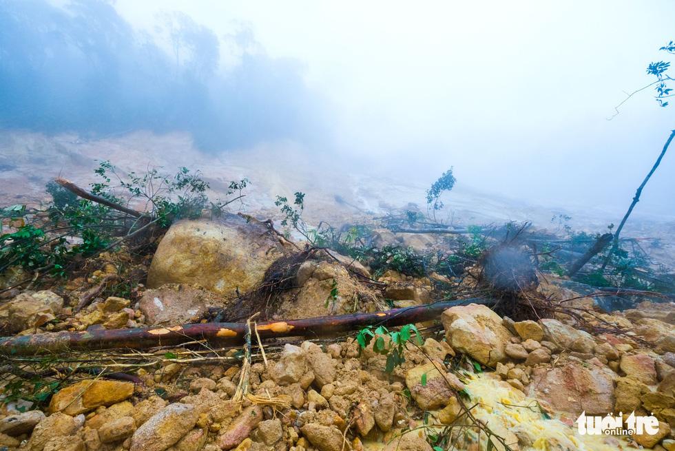 Đá lăn đất lở trên đường Nha Trang - Đà Lạt, dân vẫn bất chấp đi - Ảnh 13.
