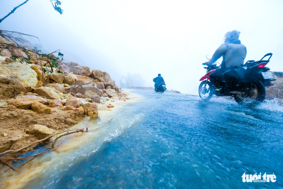 Đá lăn đất lở trên đường Nha Trang - Đà Lạt, dân vẫn bất chấp đi - Ảnh 14.