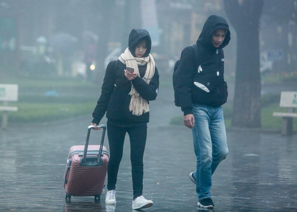 Bất chấp mưa lạnh, du khách đổ về Sa Pa săn băng, tuyết - Ảnh 5.