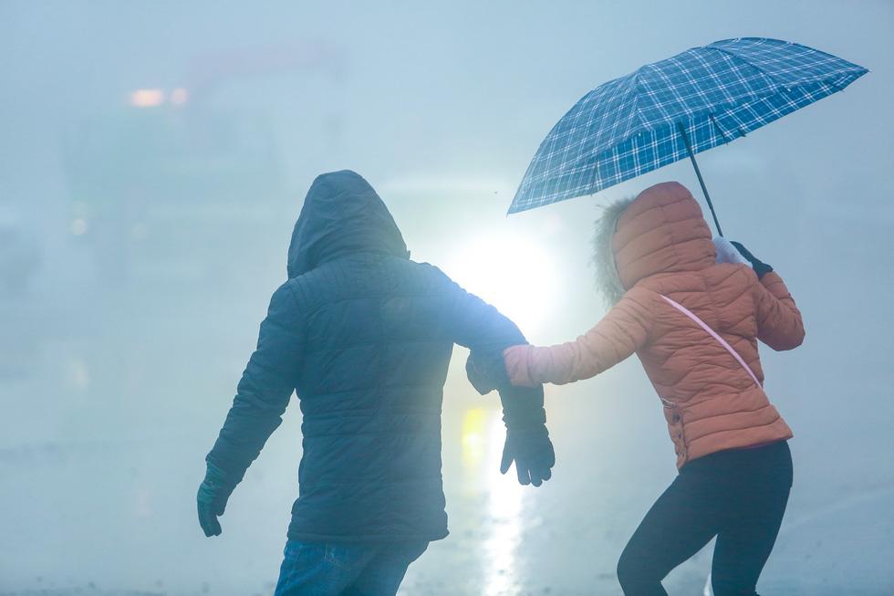 Bất chấp mưa lạnh, du khách đổ về Sa Pa săn băng, tuyết - Ảnh 4.