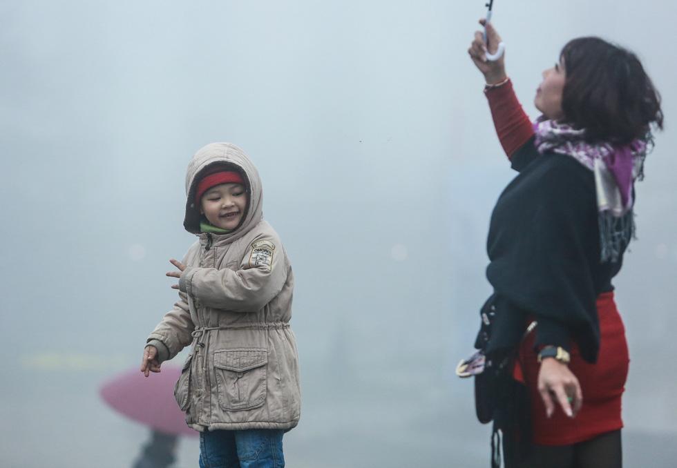 Bất chấp mưa lạnh, du khách đổ về Sa Pa săn băng, tuyết - Ảnh 13.