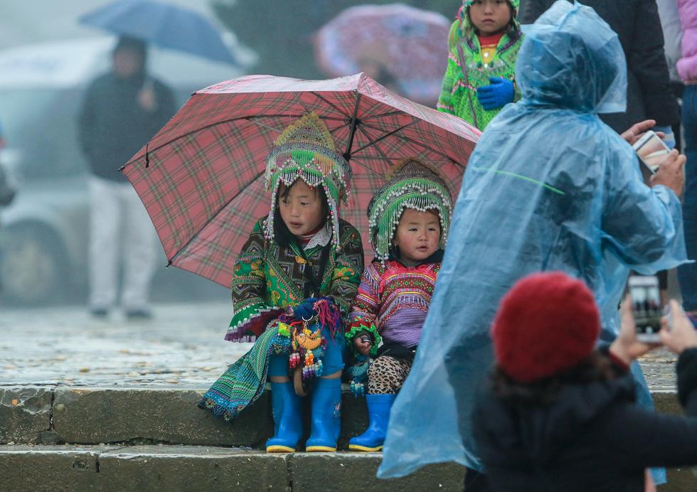 Bất chấp mưa lạnh, du khách đổ về Sa Pa săn băng, tuyết - Ảnh 12.
