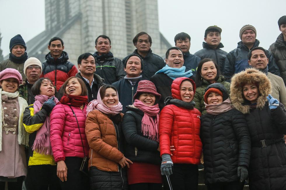 Bất chấp mưa lạnh, du khách đổ về Sa Pa săn băng, tuyết - Ảnh 9.