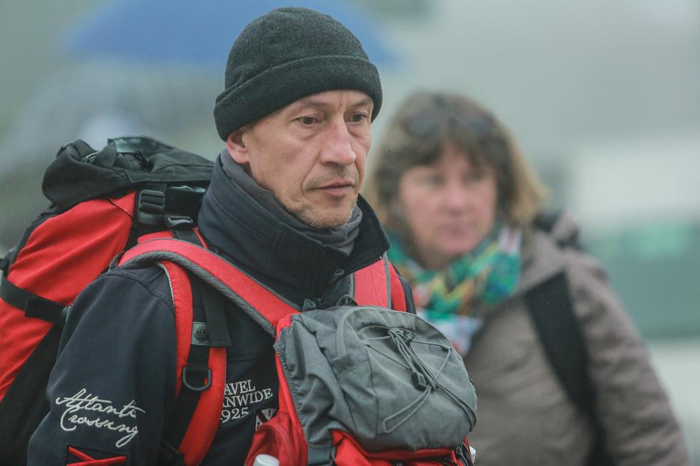 Bất chấp mưa lạnh, du khách đổ về Sa Pa săn băng, tuyết - Ảnh 17.