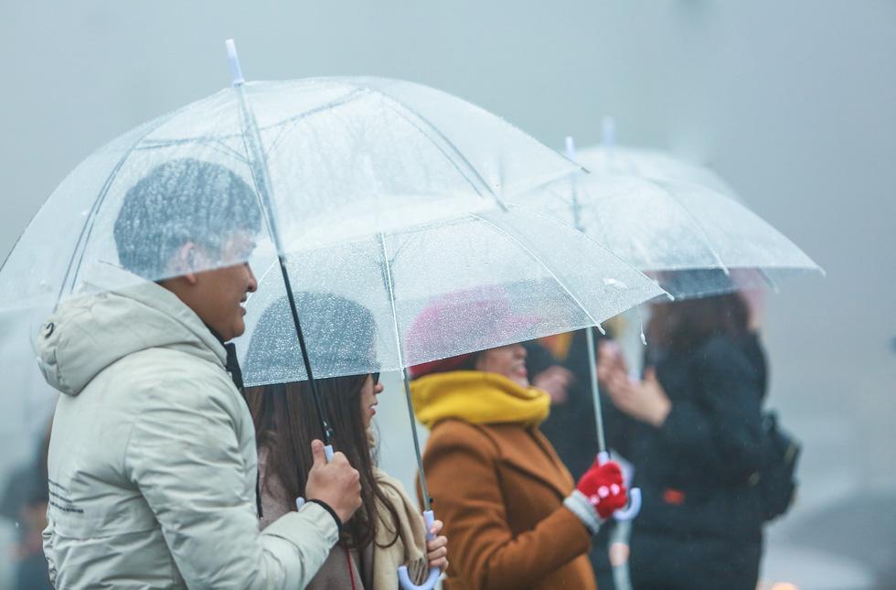 Bất chấp mưa lạnh, du khách đổ về Sa Pa săn băng, tuyết - Ảnh 15.