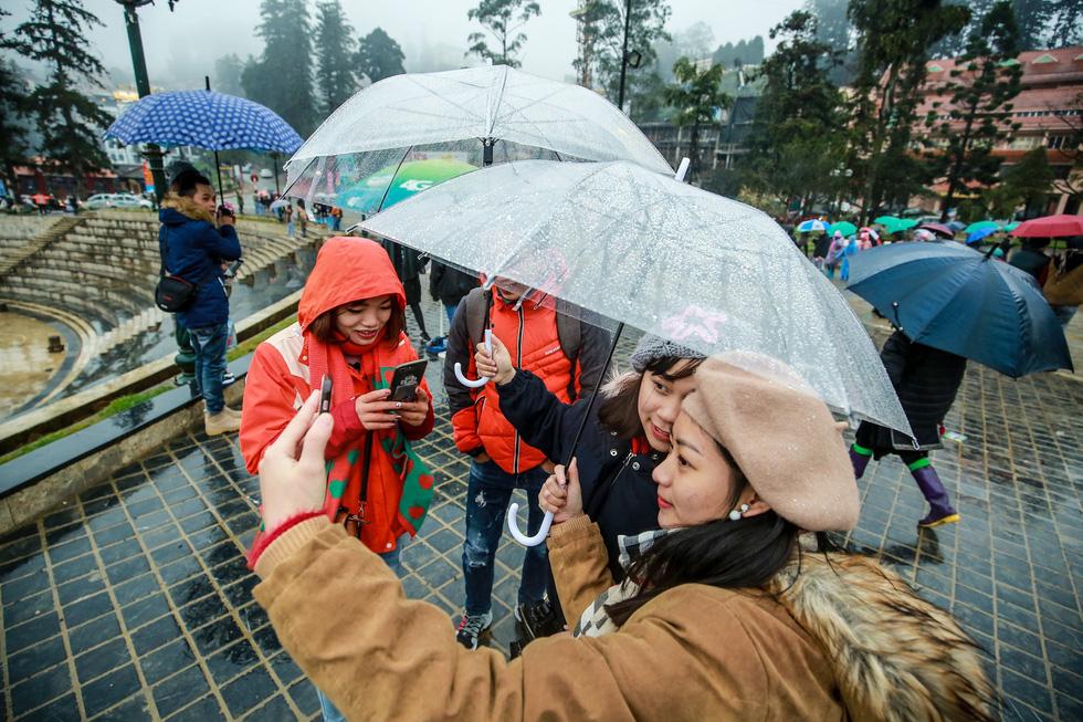 Bất chấp mưa lạnh, du khách đổ về Sa Pa săn băng, tuyết - Ảnh 14.