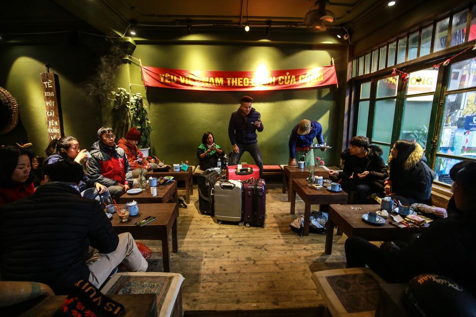 Bất chấp mưa lạnh, du khách đổ về Sa Pa săn băng, tuyết - Ảnh 18.