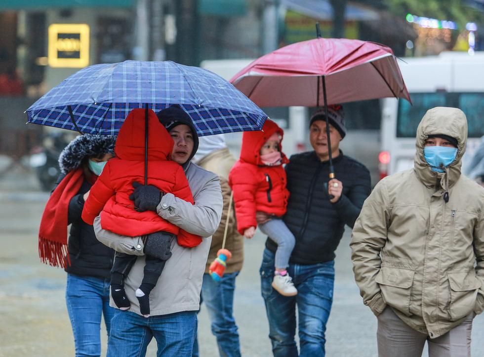 Bất chấp mưa lạnh, du khách đổ về Sa Pa săn băng, tuyết - Ảnh 6.
