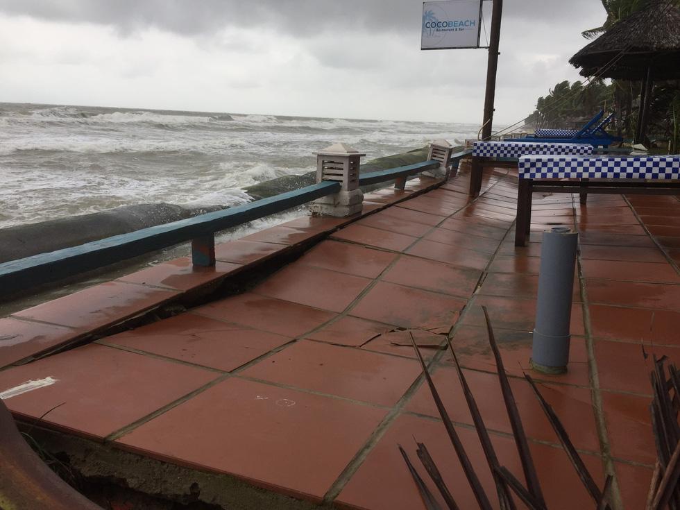 Bờ biển Cửa Đại lại tan hoang trước sóng biển - Ảnh 10.