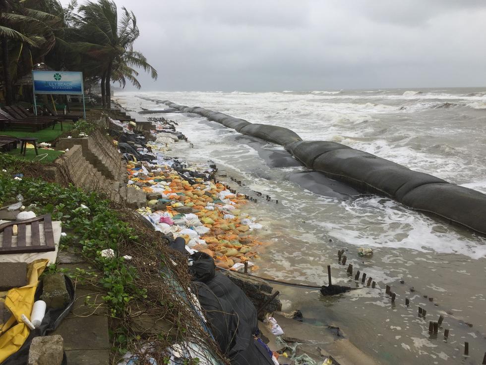 Bờ biển Cửa Đại lại tan hoang trước sóng biển - Ảnh 11.