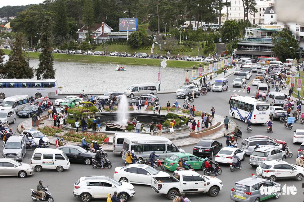 Khu trung tâm TP Đà Lạt tràn ngập xe du lịch - Ảnh 1.