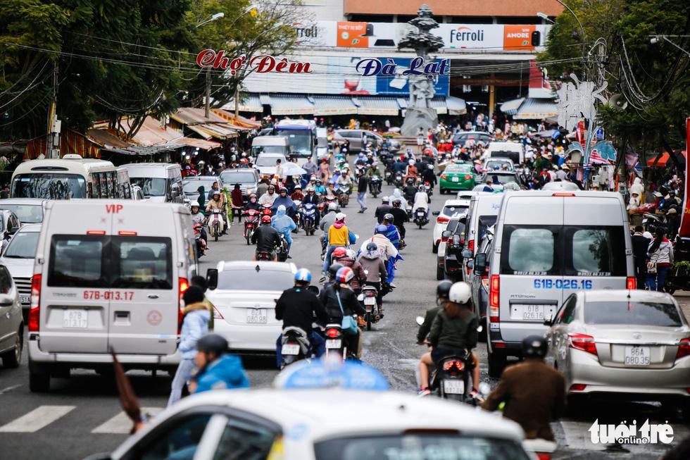 Khu trung tâm TP Đà Lạt tràn ngập xe du lịch - Ảnh 3.