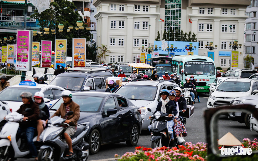 Khu trung tâm TP Đà Lạt tràn ngập xe du lịch - Ảnh 4.