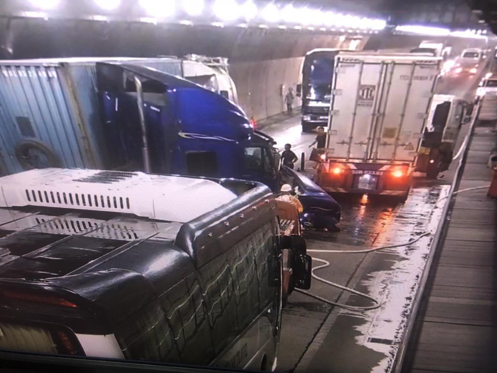 Hai xe đầu kéo tông nhau nghiêm trọng trong hầm Hải Vân - Ảnh 3.