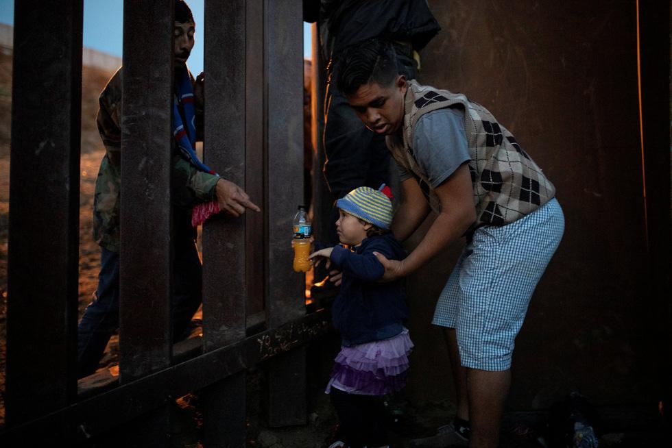 Hơn 3.000 người di cư liều mình trèo tường vào Mỹ? - Ảnh 3.
