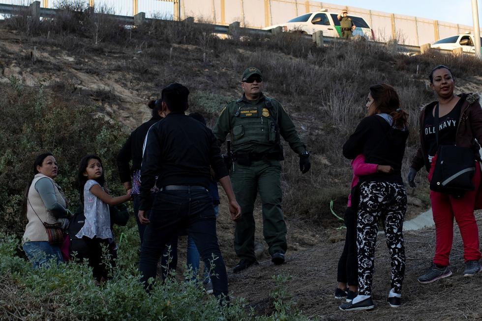Hơn 3.000 người di cư liều mình trèo tường vào Mỹ? - Ảnh 6.