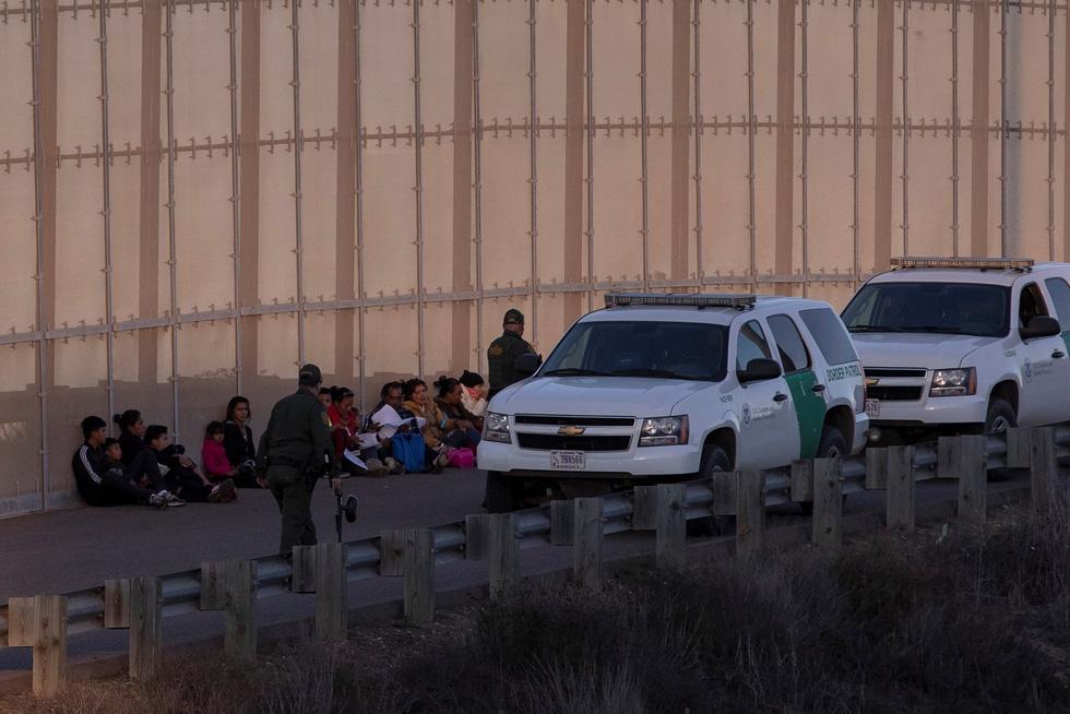 Hơn 3.000 người di cư liều mình trèo tường vào Mỹ? - Ảnh 7.