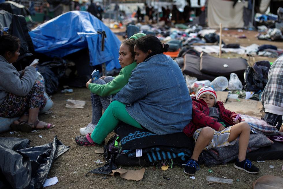 Hơn 3.000 người di cư liều mình trèo tường vào Mỹ? - Ảnh 2.