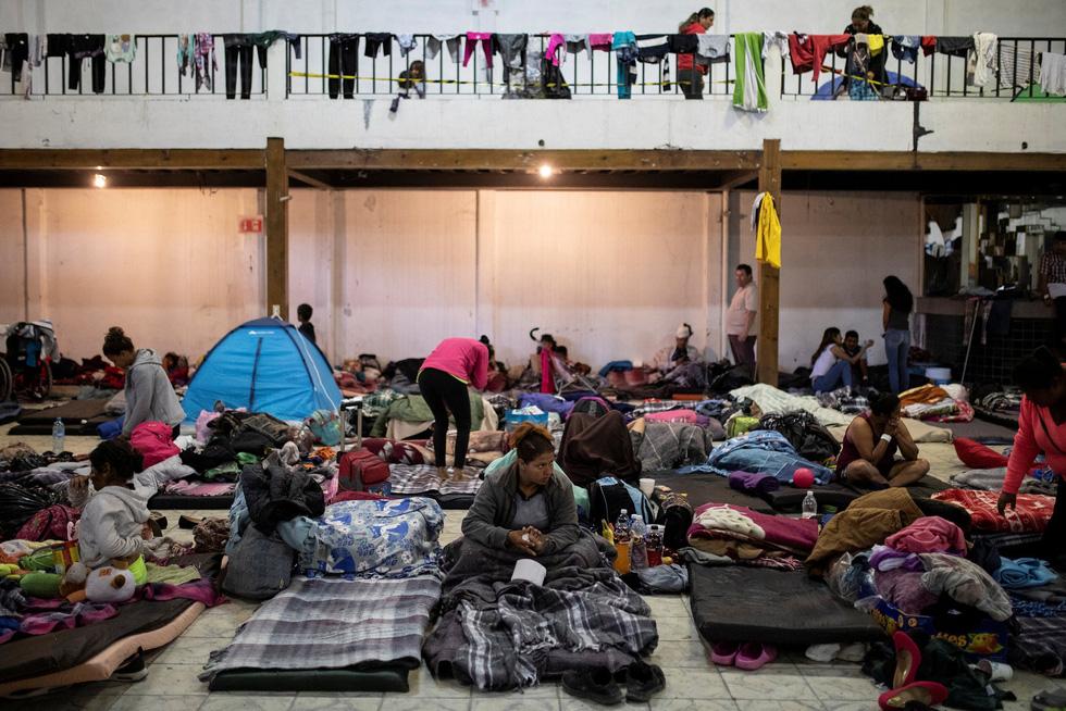 Hơn 3.000 người di cư liều mình trèo tường vào Mỹ? - Ảnh 4.