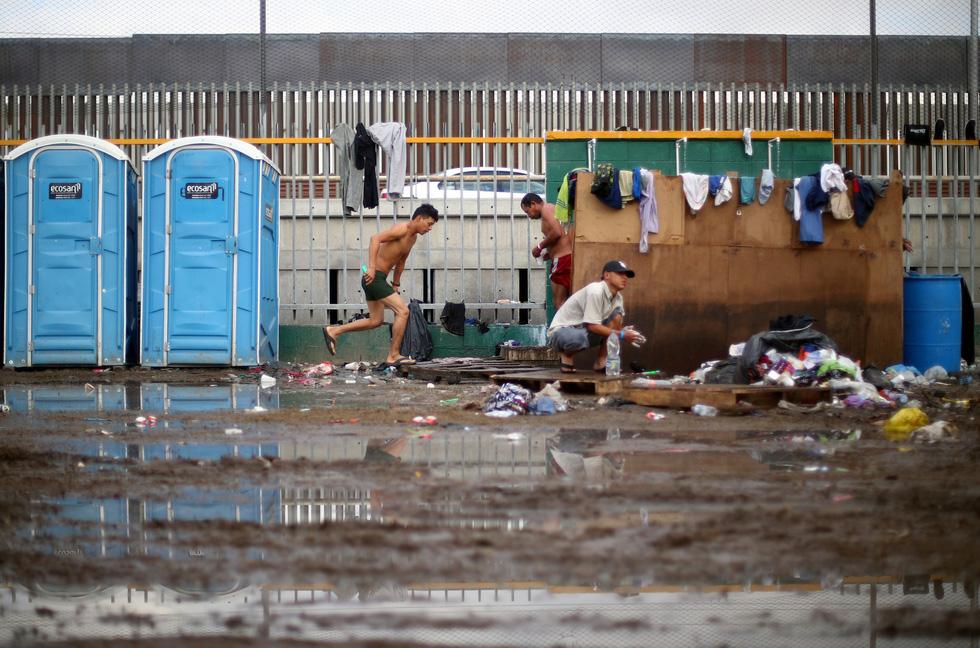 Hơn 3.000 người di cư liều mình trèo tường vào Mỹ? - Ảnh 8.
