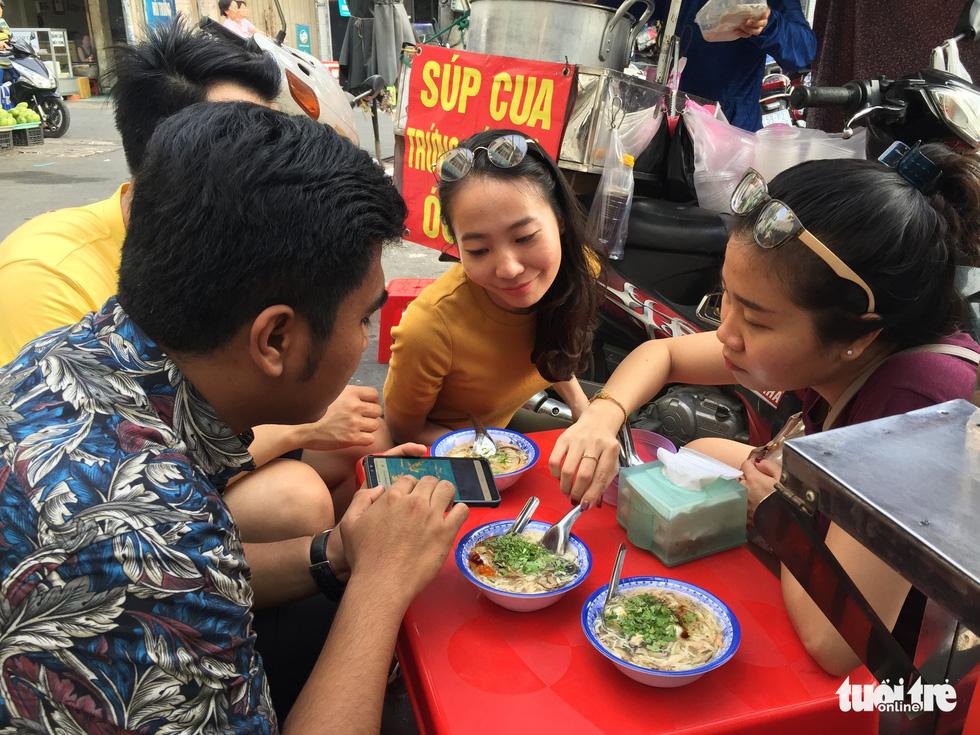 Đại biểu tàu thanh niên Nippon Maru ăn quán cóc, mê món đường phố - Ảnh 1.