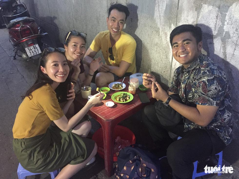 Đại biểu tàu thanh niên Nippon Maru ăn quán cóc, mê món đường phố - Ảnh 3.
