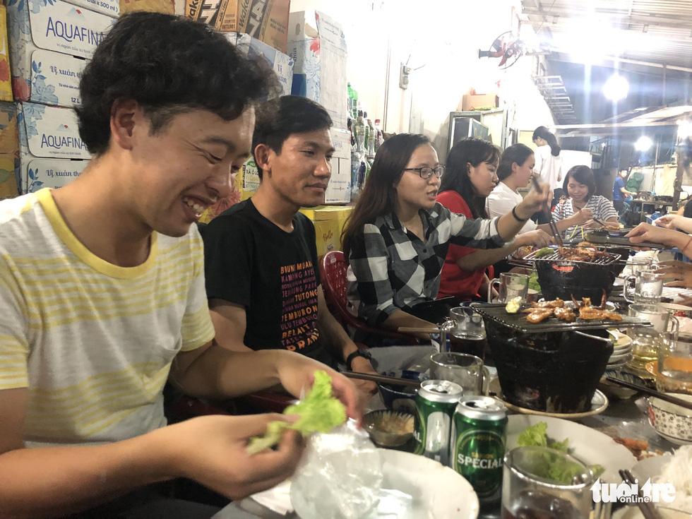 Đại biểu tàu thanh niên Nippon Maru ăn quán cóc, mê món đường phố - Ảnh 4.