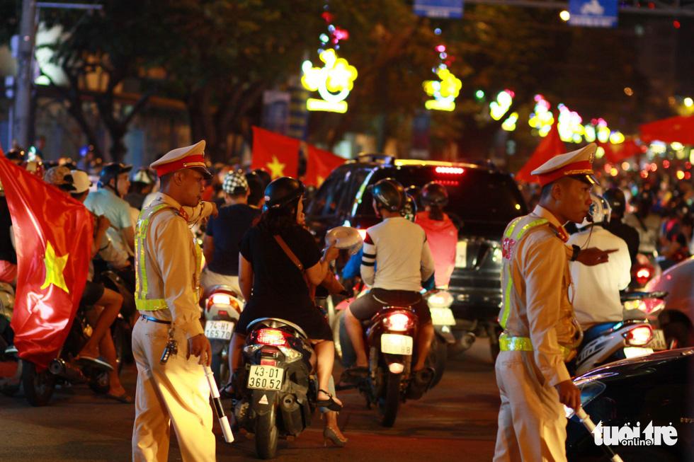 Cảnh sát đặc nhiệm giải vây cầu Rồng - Ảnh 6.