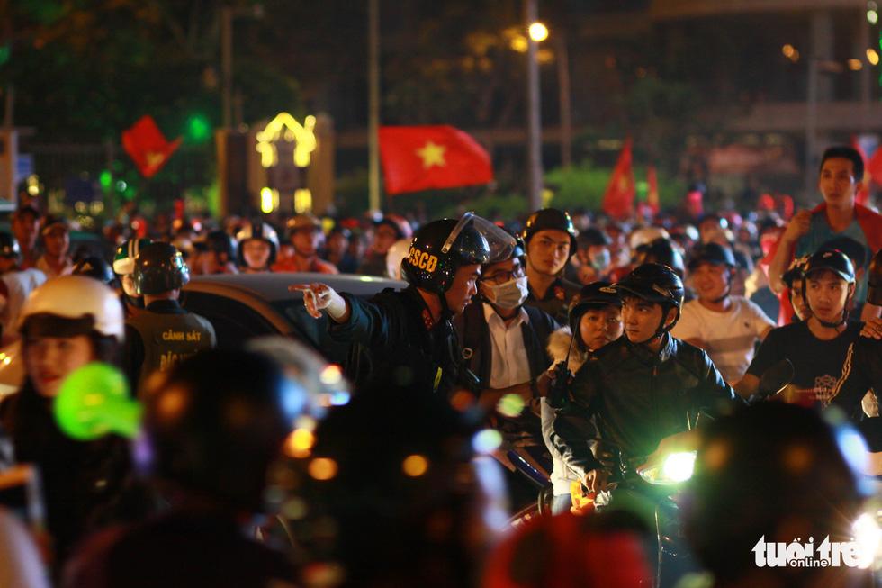 Cảnh sát đặc nhiệm giải vây cầu Rồng - Ảnh 5.