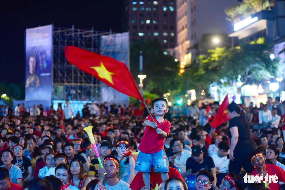 Bà cụ 92 tuổi ra phố đi bộ Nguyễn Huệ cổ vũ đội tuyển - Ảnh 5.