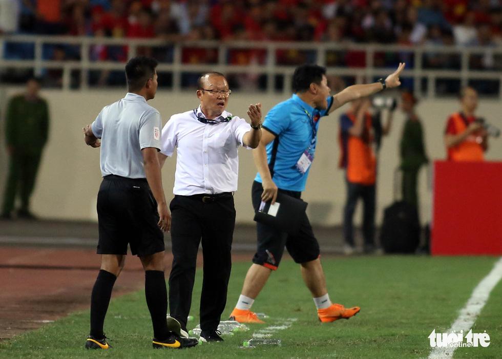 Ông Park phản ứng với trọng tài để bảo vệ các học trò - Ảnh 1.
