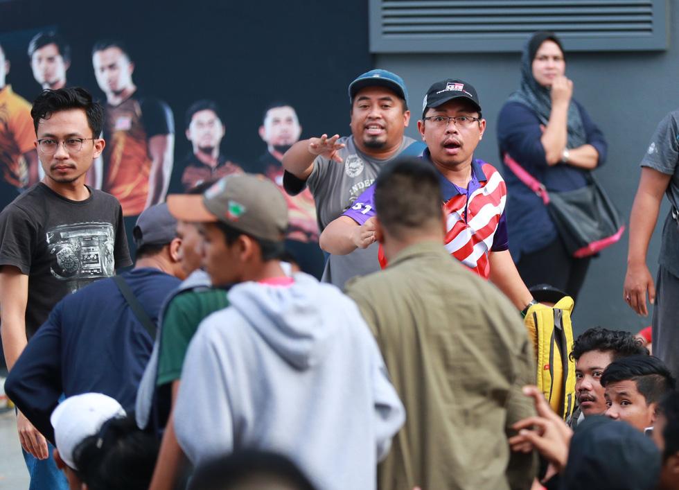 Mua vé trận chung kết: chen lấn, giẫm đạp, hỗn loạn, ngất xỉu - Ảnh 26.