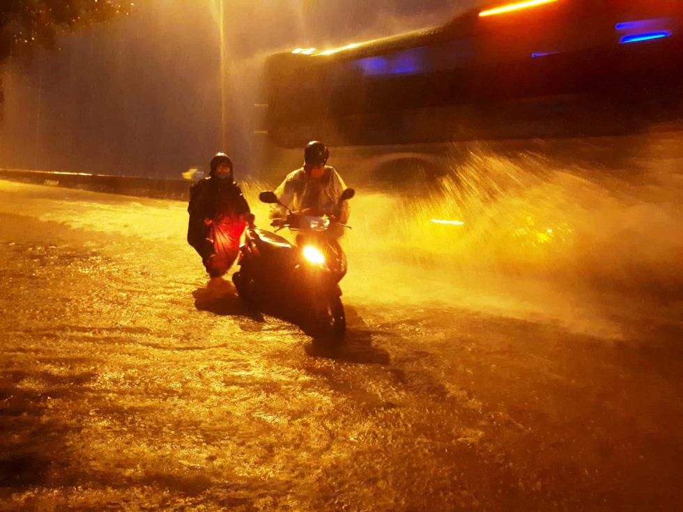 Mưa lớn, quốc lộ 1 qua Quảng Nam bì bõm trong nước - Ảnh 2.