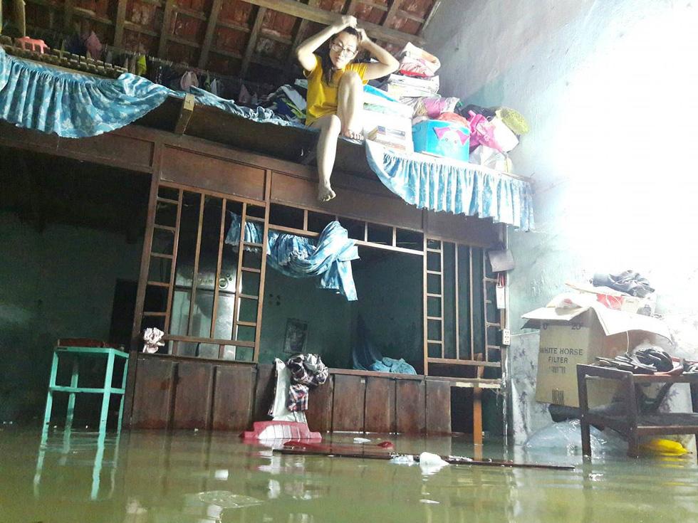 Nước mưa ngập sâu, dân Tam Kỳ di dời ngay trong đêm - Ảnh 2.