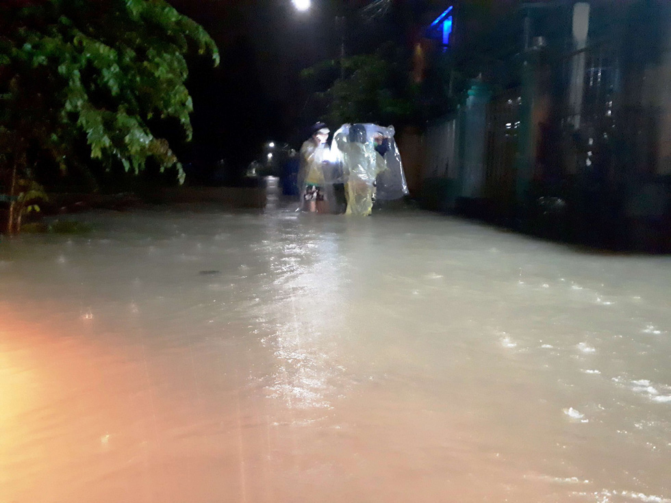 Mưa lớn, quốc lộ 1 qua Quảng Nam bì bõm trong nước - Ảnh 9.