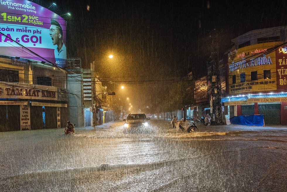 Nước mưa ngập sâu, dân Tam Kỳ di dời ngay trong đêm - Ảnh 4.